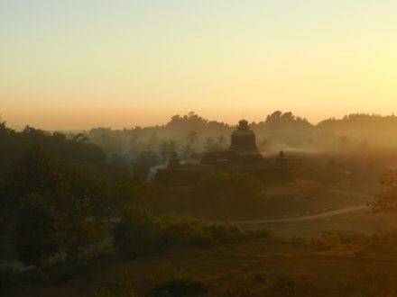 Mrauk U o wschodzie słońca. Mjanma