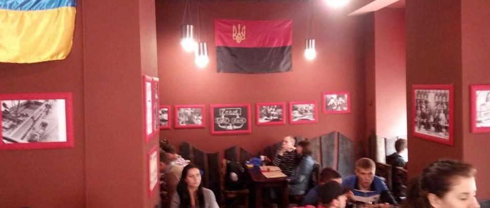 Lwów. Flaga OUN w pubie