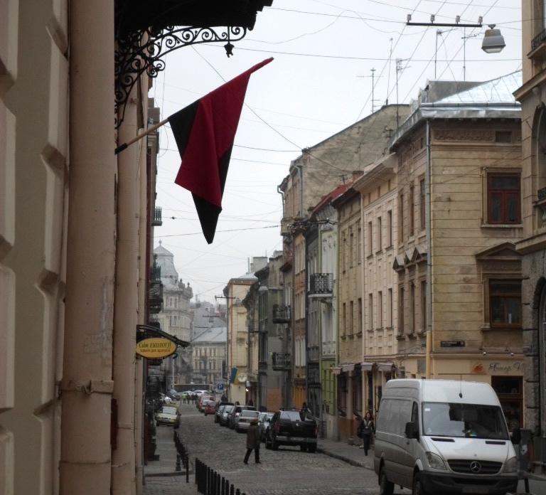 Lwów. Flaga OUN przed sklepem dla kibiców