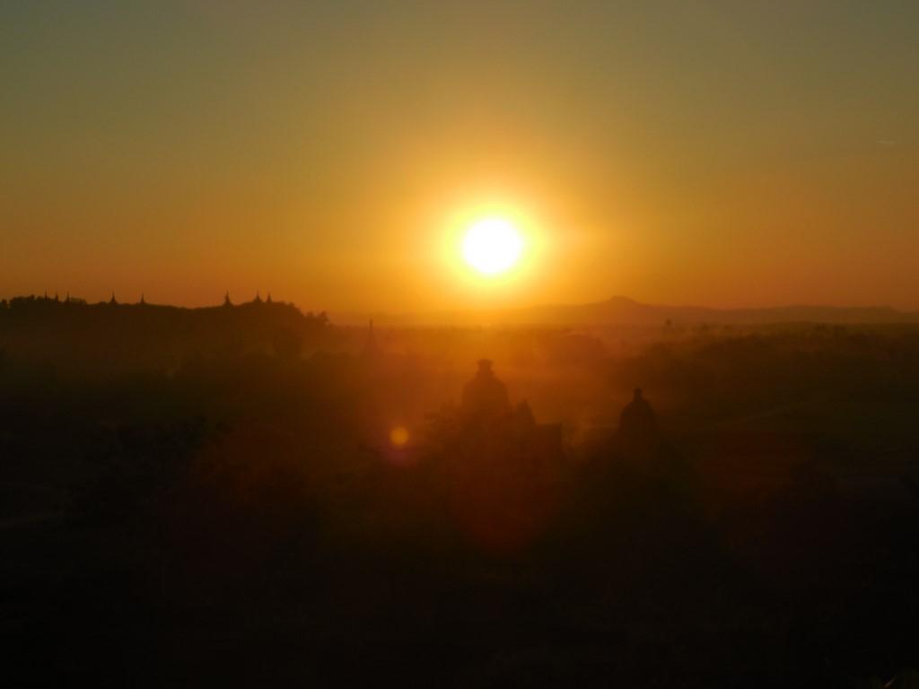Widok na zachód słońca z jednego ze wzgórz w Mrauk U.